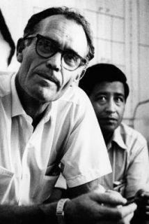 El activista comunitario Fred Ross (a la izquierda de la imagen) junto c...