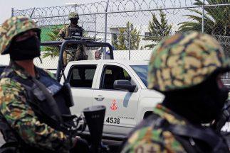 Oficiales de la Armada, durante el operativo anti-drogas en el que se ca...