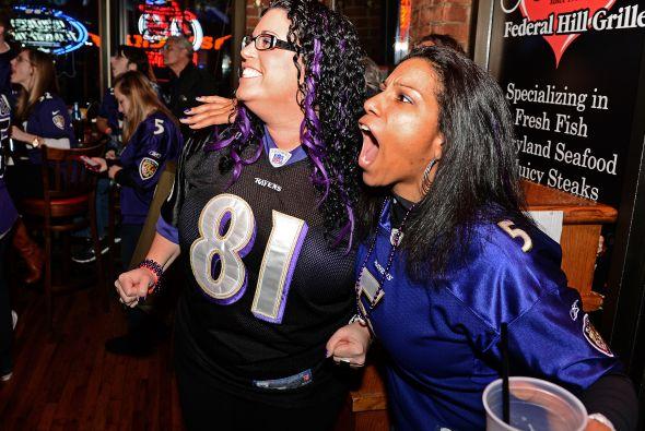 Los fans de los Ravens no solo disfrutaron la victoria de su equipo, tam...