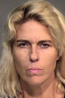 Laurie Lee Kelly, de 43 años, habría entregado latas de cerveza a los do...