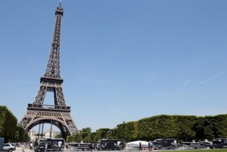 La Torre Eiffel fue cerrada al público a raíz de una huelga de los emple...