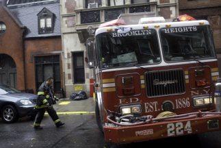Tres bomberos y dos civiles fueron tratados por lesiones menores, luego...