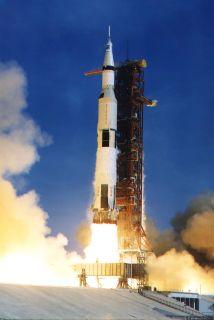 El cohete Saturn V que llevó la misión Apollo 11 a la luna.