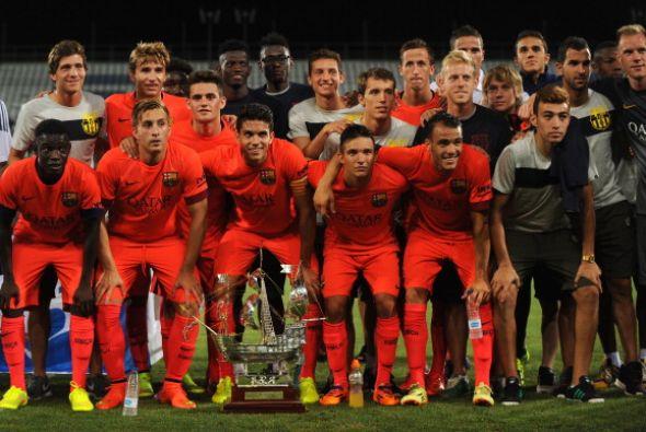Los jugadores del Barcelona posan con el Trofeo Colombino.