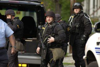 Un equipo especial SWAT de la policía llegó al lugar y sorprendió a los...