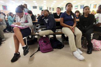 Miles de alumnos permanecen en las escuelas, cuyo cierre fue ordenado po...
