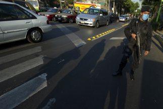 Un policía tamaulipeco aguarda afuera de las instalaciones del Servicio...