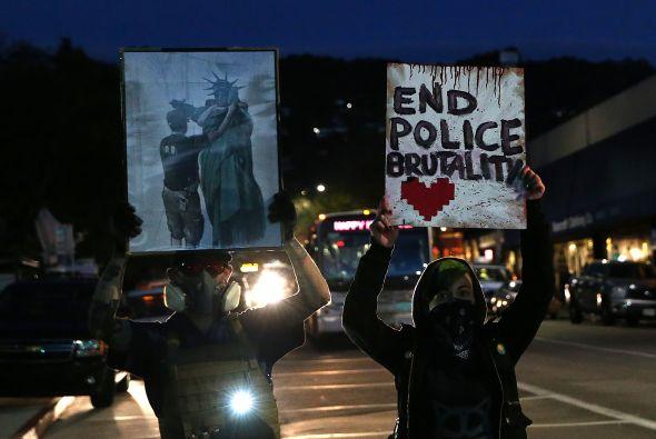 Manifestantes rompieron ventanas y lanzaron objetos contra la policía en...