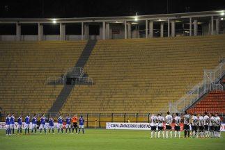 En un estadio Pacaembú sin público y con poca vida, Corinthians venció 2...