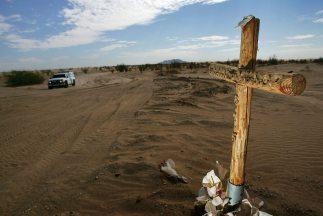 Los cadáveres de los cuatro inmigrantes fallecidos en el accidente fuero...