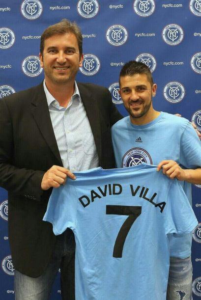 El 'Guaje' Villa posa con su nueva playera al lado del directivo Ferrán...