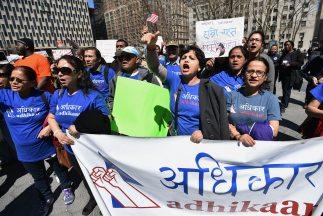 Inmigrantes originarios de Nepal participan en Nueva York durante una ma...