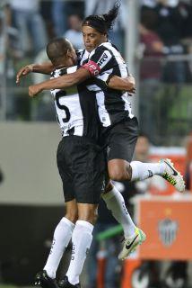 Festeja Ronaldinho y festeja toda la afición del Atlético Mineiro tras e...