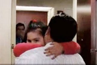 La niña ciudadana estadounidense Emily Ruiz abraza a su padre, Leonel, t...