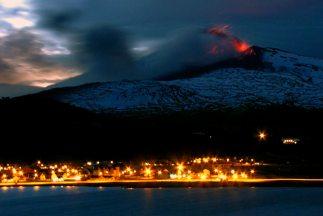 Chile elevó el domingo a roja la alerta por la erupción del volcán Copah...