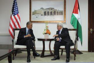 Obama fue recibido por el presidente Mahmud Abás en la sede del gobierno...