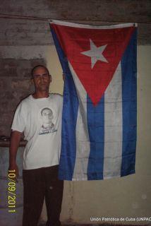 Wilman Villar Mendoza, protestó en Contramaestra con una bandera cubana...