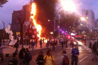 Así se consumió el árbol de Navidad de Coca Cola en Ciudad de México. (I...