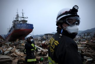 Las tareas de rescate continúan en la zona devastada por el terremoto y...