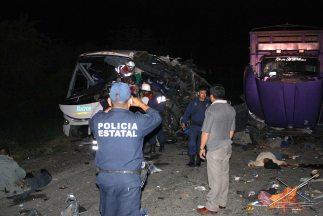 Un camión repleto de familias desbarrancó en una carretera mexicana de N...