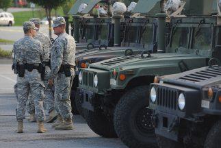 Soldados de la Guardia Nacional de Missouri, vestidos con uniforme del E...