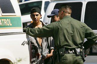 Agentes de la Patrulla Fronteriza de Estados Unidos arrestan a un grupo...
