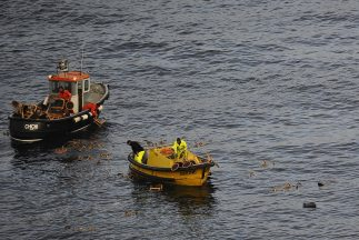 Una embarcación naufragó con 57 personas en Filipinas, las labores de re...