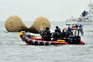 Los cuerpos fueron descubiertos por submarinistas que lograron acceder a...