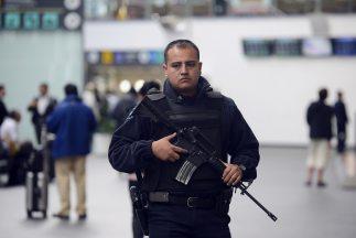 Un agente de la policía federal mexicana custodia las instalaciones del...