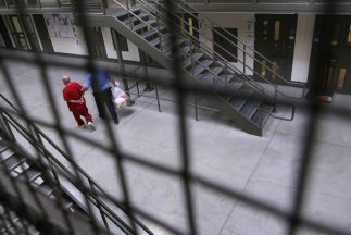 Cientos de inmigrantes que permanecen en un centro de detención de ICE e...