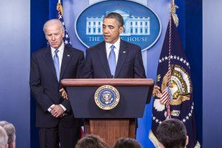 El presidente Barack Obama junto al vicepresidente Joe Biden en la sala...