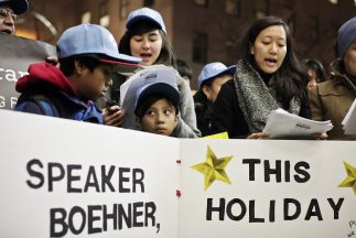 Niños y jóvenes inmigrantes, algunos de ellos hijos de padres indocument...