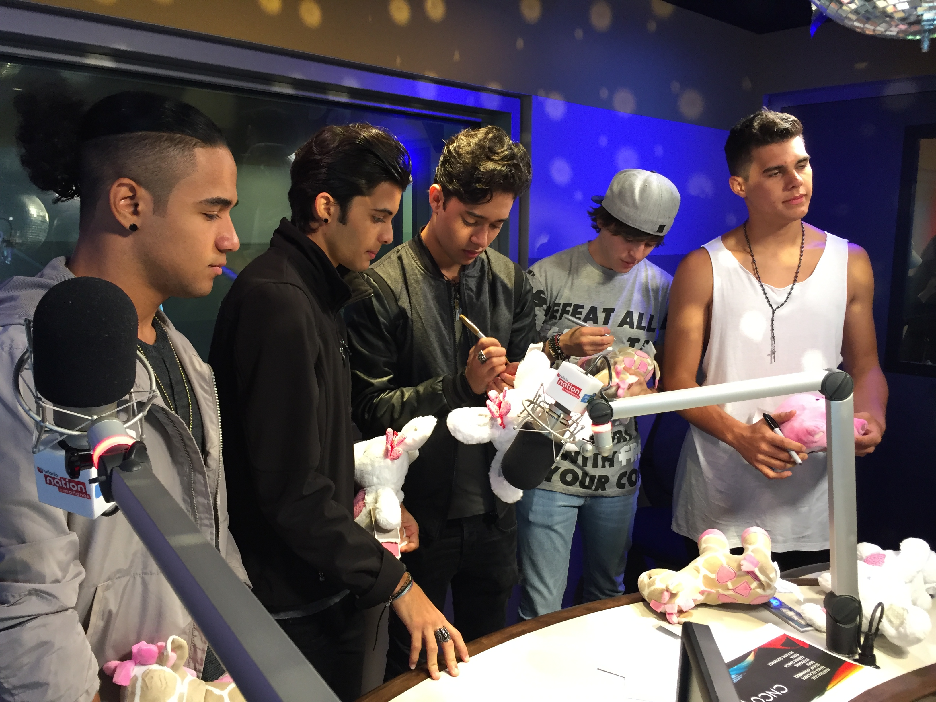 ¡CNCO complace a sus CNCOwners! - Latino Mix 104.9 FM ...
