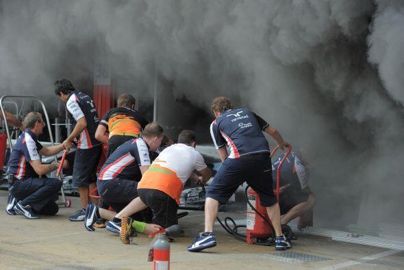 Entre varios integrantes de las escuderías, se trató de apagar el incendio.