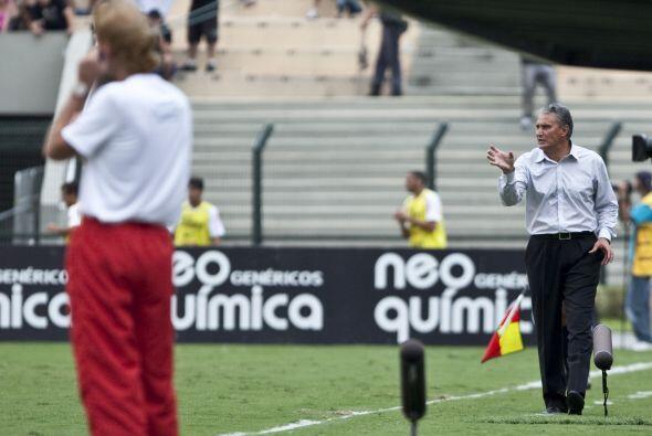 El de espaldas es Sergio Guedes, técnico del Portugesa, el otro es Tite,...