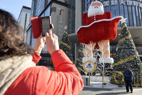 Así es como luce la figura gigante del Santa con su traje levantado. La...