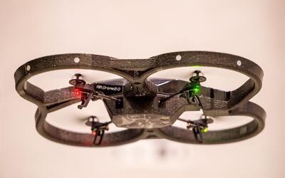 La altura máxima a volar el dron son 400 pies y el operador debe mantene...