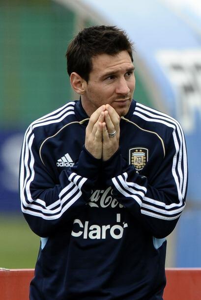 Es Lionel Messi pero no rezando, sino explicándole a sus compa&nt...