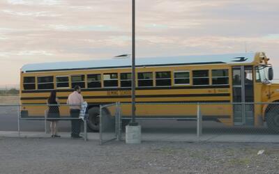 Niños cruzan la frontera cada día para ir a la escuela