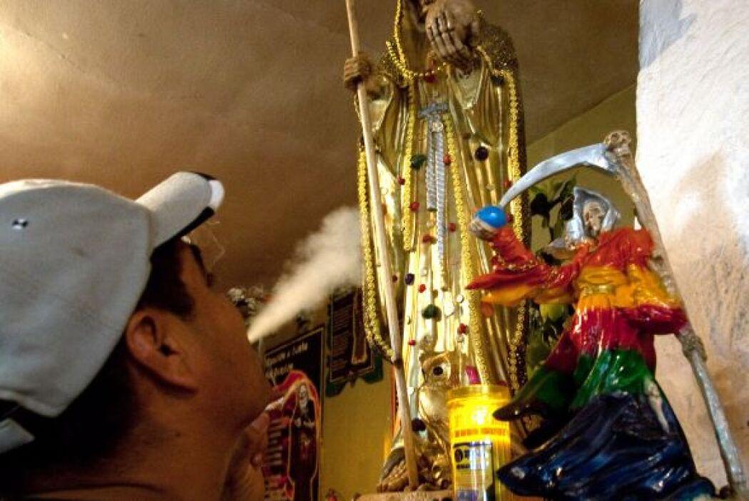 Por eso, los pistoleros mexicanos recurren al culto de La Santa Muerte:...
