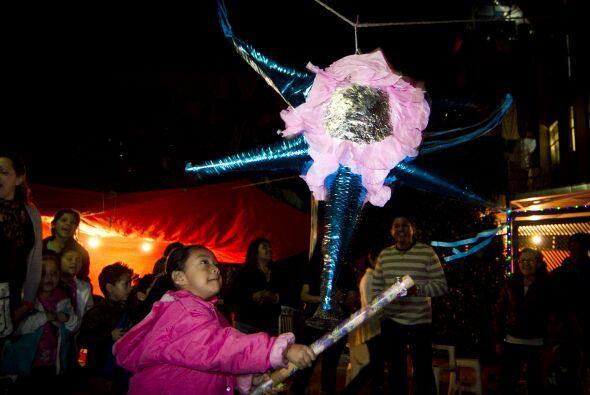 En las posadas hay cánticos, ponche, comida y la tradicional piñata rell...