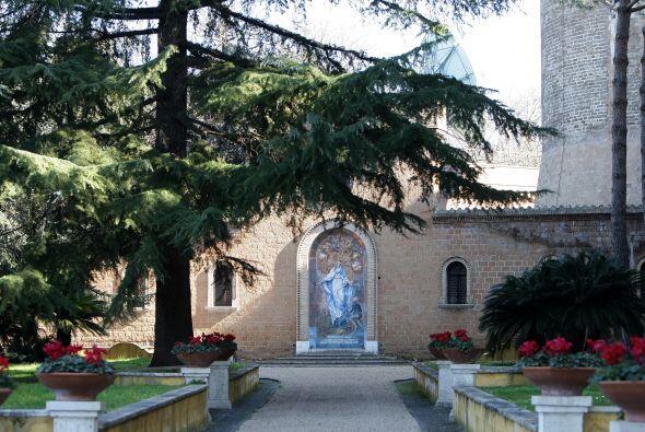 A pocos pasos de la Basílica de San Pedro, el monasterio ha albergado a...
