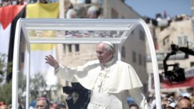 El Papa Francisco recorre las calles de Belén a bordo del papa móvil.