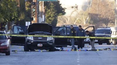 Investigadores buscan en el vehículo en el que huyeron los sospechosos.
