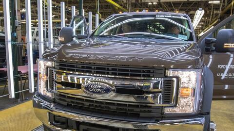 Una unidad del camión Ford Serie-F Super Duty emerge de la planta de ens...