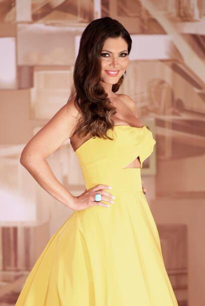 Este vestido de Angel Sánchez resaltó las curvas de la venezolana.