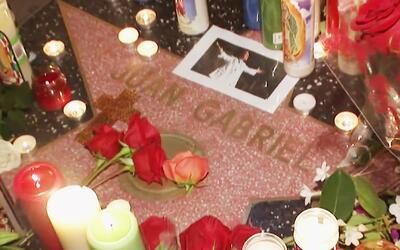 Fanáticos se reunieron en la estrella de Juan Gabriel en el Paseo de la...