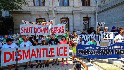 Protesta para exigir el cierre del centro familiar de detención de ICE e...