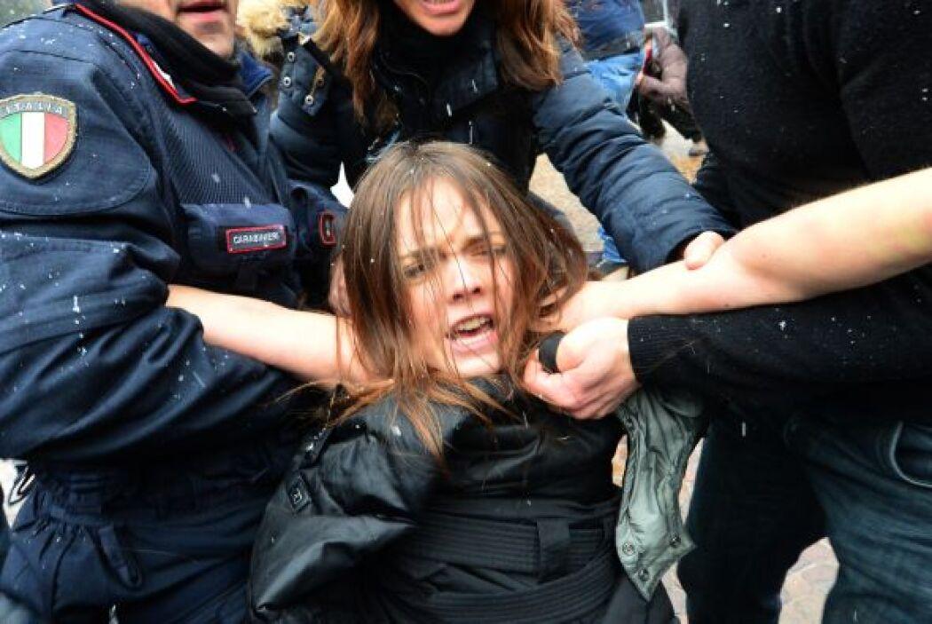 Un grupo de feministas italianas trató de abalanzarse con los senos desn...