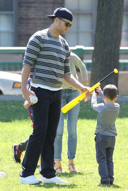 Tom jugó toda la tarde béisbol con sus dos hijos mayores.